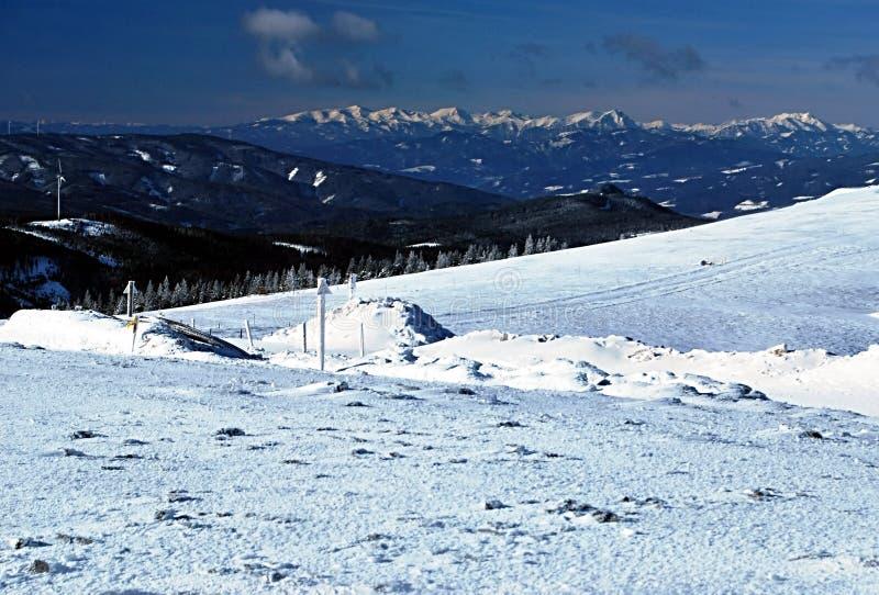 Panorama Winter des österreichischen Alpenpanoramas von Pretulalpe-Hügel lizenzfreie stockfotos