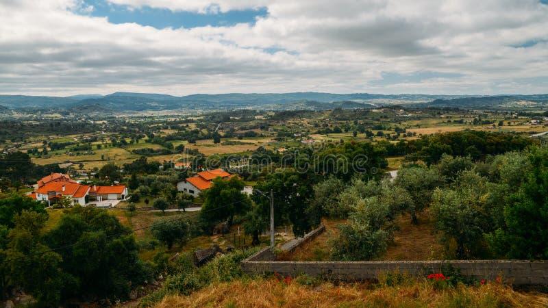 Panorama wzgórza i oliwni gaje otacza Belmonte, Castelo Branco, Portugalia obrazy stock