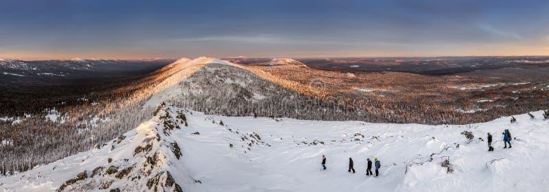 Panorama z grupą turyści wycieczkuje w zim górach fotografia royalty free