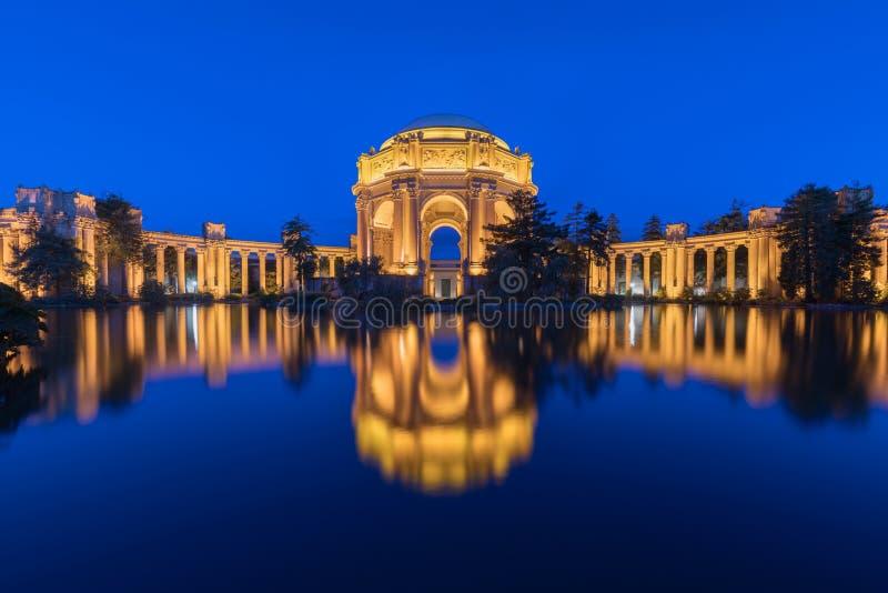 Panorama z iluminującym pałac sztuki piękne blisko Golden Gate Bridge podczas błękitnej godziny przy zmierzchem w San Francisco zdjęcie stock