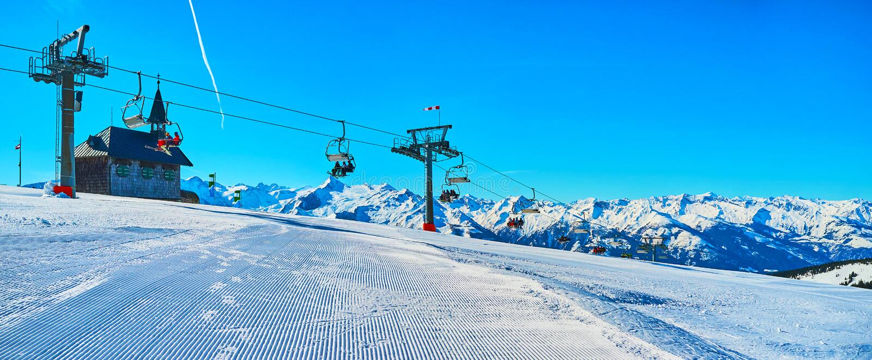 Panorama z kaplicą i narciarskim dźwignięciem, Schmitten góra, Zell jest Widzii, Austria zdjęcia stock