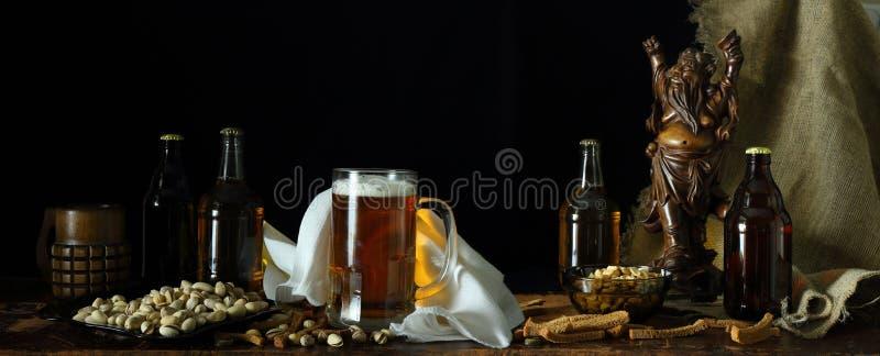 Panorama z piwem i przekąską w retro stylu obrazy stock