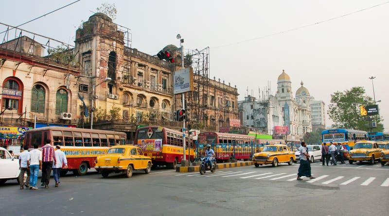 Panorama z ruchem drogowym taxi samochody i różny transport na oldcity drodze obraz royalty free