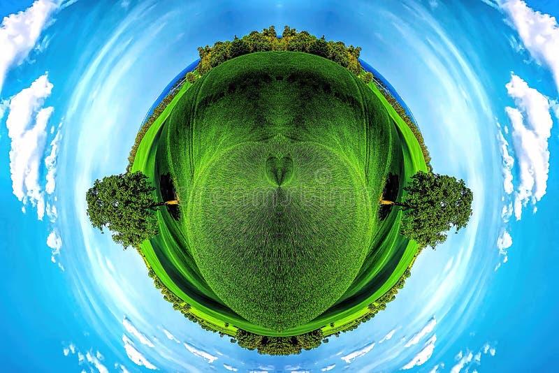 Panorama Ziemia Zielonej Łąki I Niebieskiego Nieba obraz stock