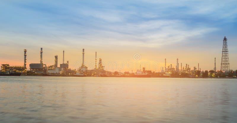 Panorama zmierzchu niebo nad rafinerii ropy naftowej rzeki przodem obraz stock