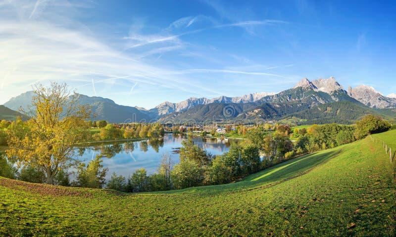 Panoramaansicht über Saalfelden, Österreich lizenzfreie stockfotos