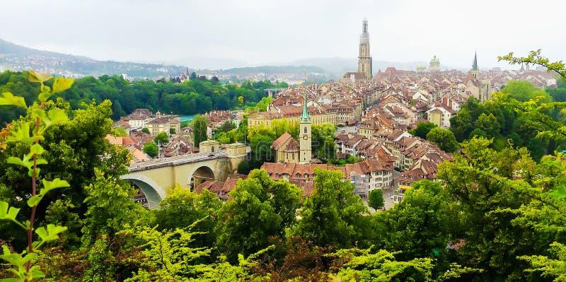 Panoramaansicht alter Stadt Berns von der Gebirgsspitze im Rosengarten, rosengarten, Bern-Bezirk, Hauptstadt von der Schweiz, Eur lizenzfreie stockbilder