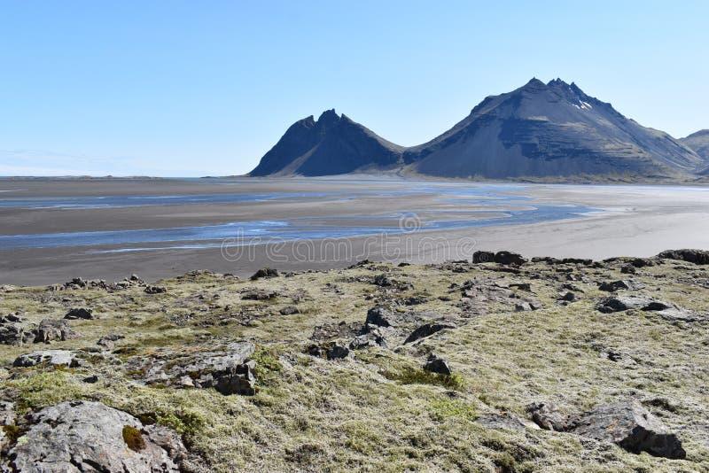 Panoramaansicht an den Vestrahorn-Bergen im Südosten von Island lizenzfreie stockfotografie