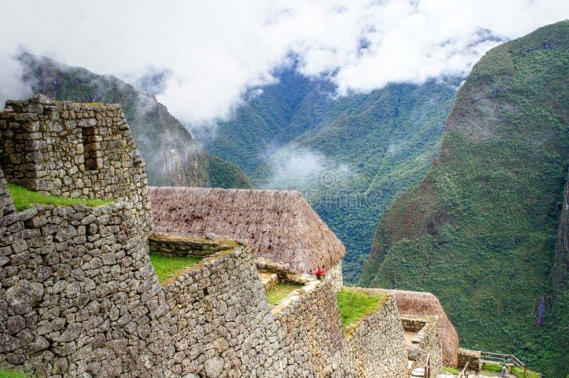 Panoramaansicht Machu Picchu, zum von Gebäuden und von Bergen zu entsteinen stockbilder