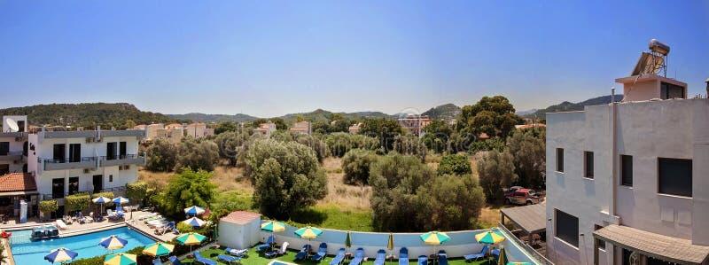 Panoramaansicht vom Hotelbalkon zum Olivenbaumgarten in Rhodos, Griechenland lizenzfreie stockfotografie