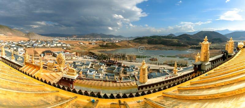 Panoramaansicht vom Leuchtturm Songzanlin-Tempel, Yunnan, China lizenzfreies stockfoto