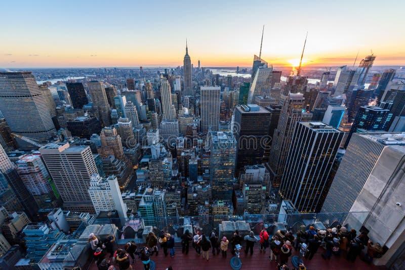Panoramaansicht von Midtown Manhattan Skylinen mit dem Empire State Building von der Rockefeller Center-Aussichtsplattform Spitze stockbild