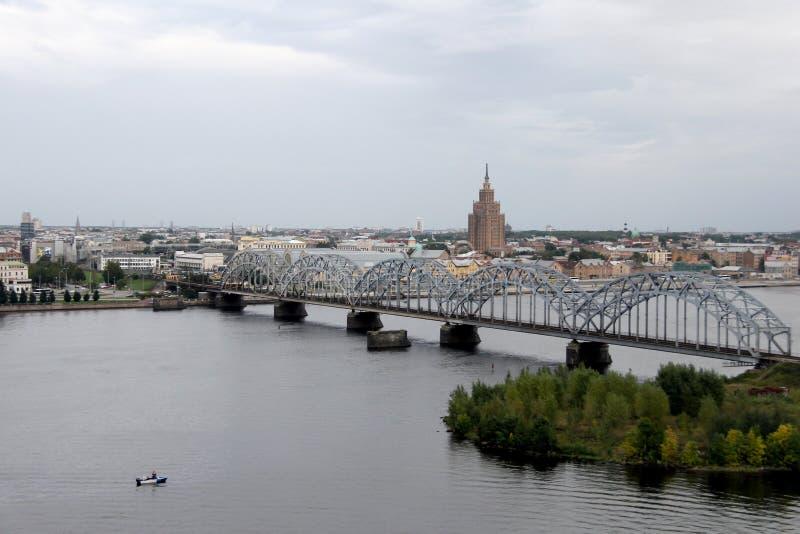 Panoramaansicht von Riga-Stadt, Hauptstadt von Lettland Der Damm des Daugava-Flusses lizenzfreies stockfoto