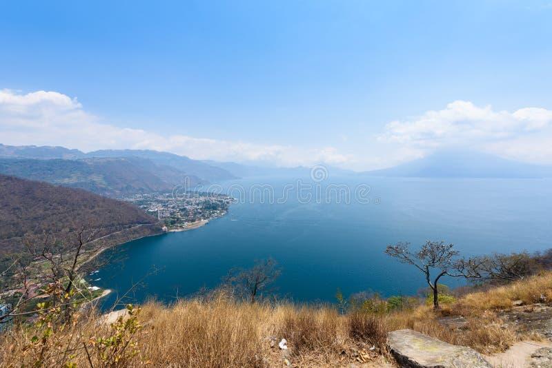 Panoramaansicht zum Dorf Panajachel am See Atitlan mit überraschenden Vulkanen - Guatemala stockfotografie
