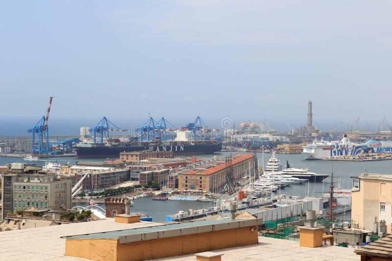 Panoramaansicht zum Hafen von Genua mit altem Leuchtturm stockbild