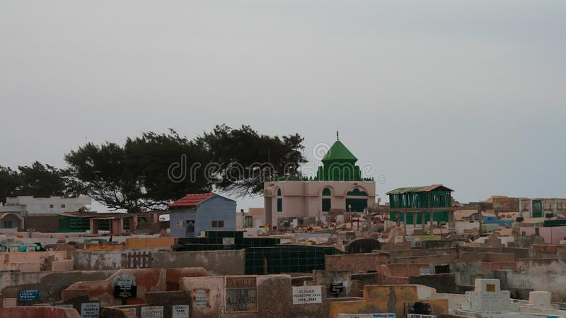 Panoramaansicht zum moslemischen Kirchhof, St. Louis, Senegal stockbilder