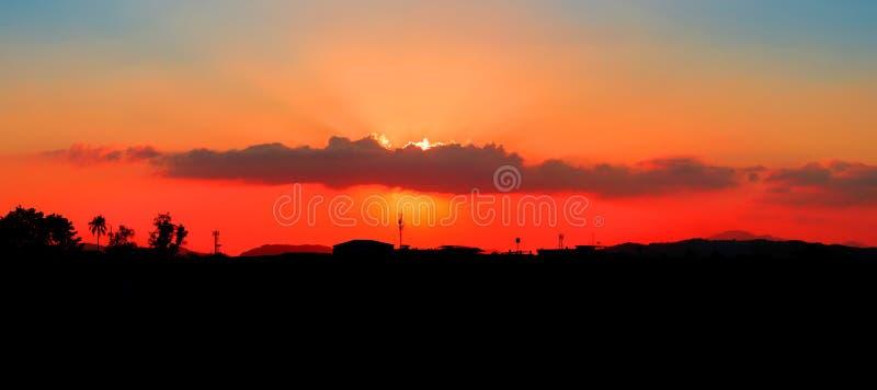 Panoramaansichtsonnenuntergang Schattenbildstadt-Landschafts- und Baumwalddämmerung des Himmels in der schönen bunten Landschafts lizenzfreies stockbild