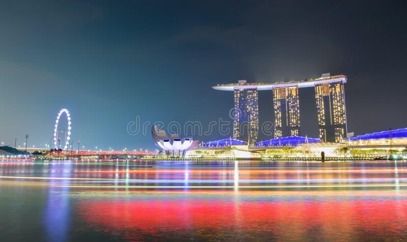 Panoramabakgrund av Marina Bay, Singapore stad på natten med långt exponeringsljus av fartyget arkivfoton