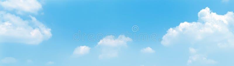 Panoramabakgrund f?r bl? himmel med moln i morgonen arkivfoto