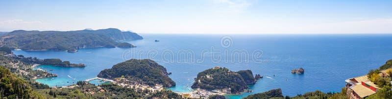 Panoramabeeld van de kusttoevlucht van Paleokastritsa op Korfu, Griekenland royalty-vrije stock fotografie
