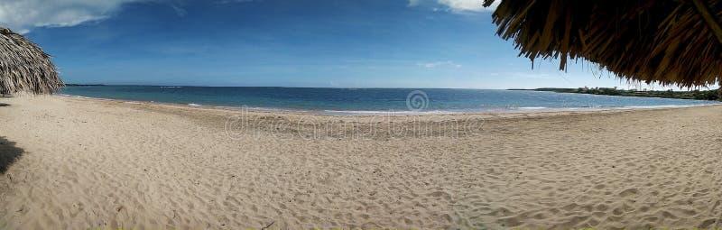 panoramabeeld van een leeg strand bij de zomer stock afbeeldingen