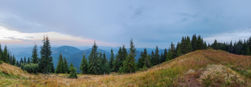 Panoramaberg Synevir i Carpathian berg royaltyfria foton