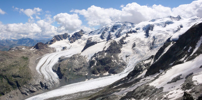 Panoramaberglandskap med höga alpina maxima och sönderrivna och lösa glaciärer royaltyfri foto