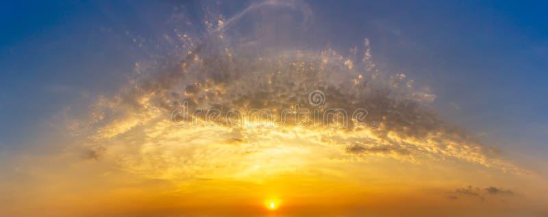 Panoramabild av bakgrund för natur för för morgonsoluppgånghimmel och moln arkivfoton