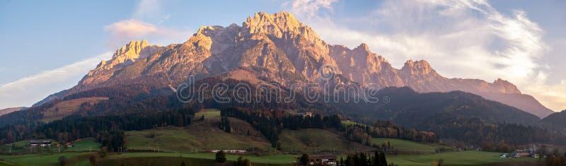 Panoramabild av bergdalen under soluppgång i Österrike arkivbild
