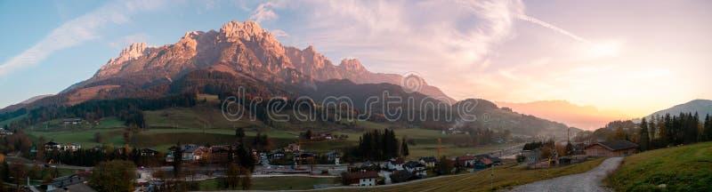 Panoramabild av bergdalen under soluppgång i Österrike arkivfoton