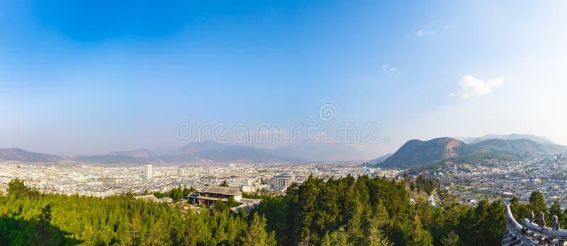 Panoramabild av den Lijiang staden och Lijiang oldtown med jade D royaltyfri bild