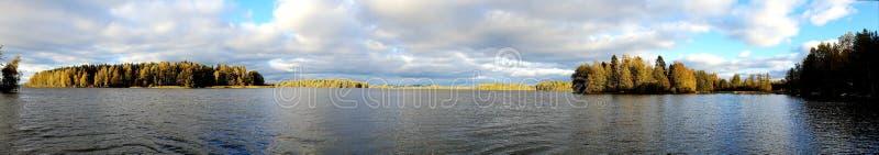 Panoramabild av det finlandssvenska landskapet med sjön och mest forrest arkivbild