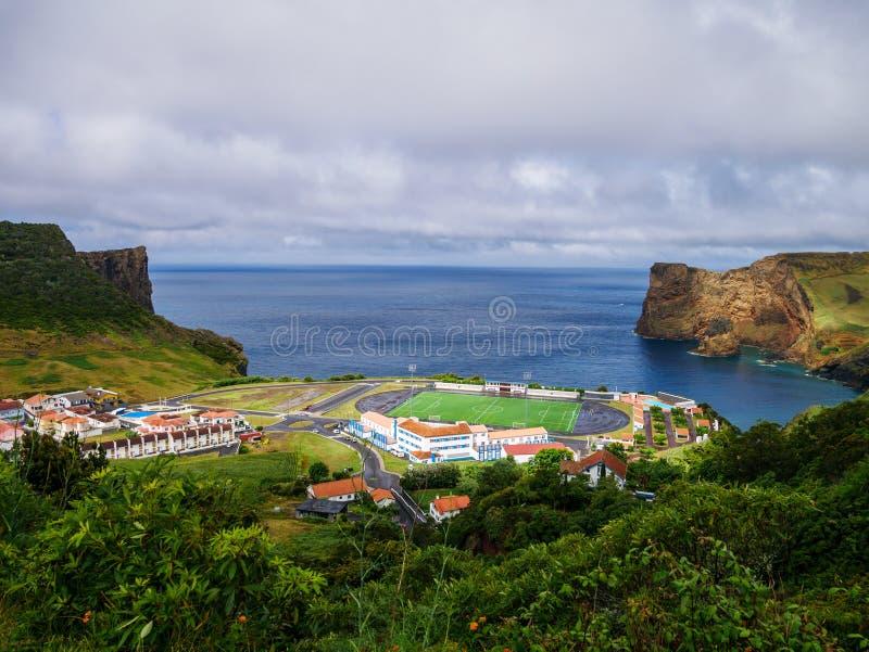 Panoramabild av det fotbollfältet och landskapet bredvid en klippa och det atlantiska havet under royaltyfria bilder