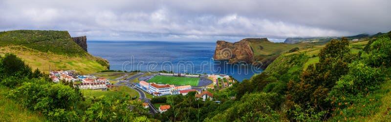 Panoramabild av det fotbollfältet och landskapet bredvid en klippa och det atlantiska havet under royaltyfri fotografi