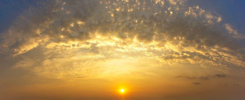 Panoramabild av himmel och molnet för naturmorgon guld- med soluppgångbakgrund royaltyfri foto