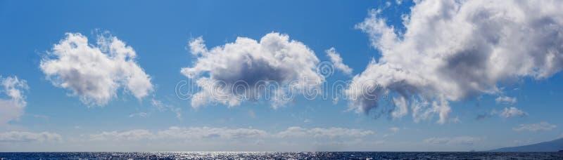Panoramabild av moln över det atlantiskt arkivbilder