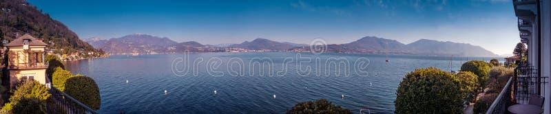 Panoramabild av sjömaggiore som tas från byn av canneroen riviera arkivbilder