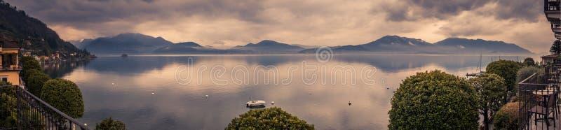 Panoramabild av sjömaggiore som tas från byn av canneroen riviera royaltyfri fotografi