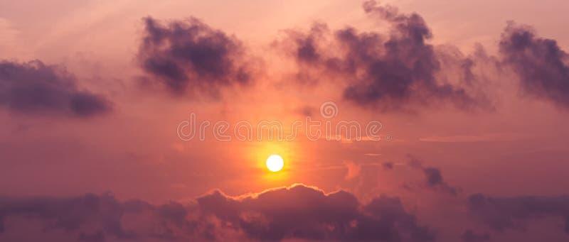 Panoramabild av solen på himmel- och stackmolnmolnet på skymningtid arkivbild