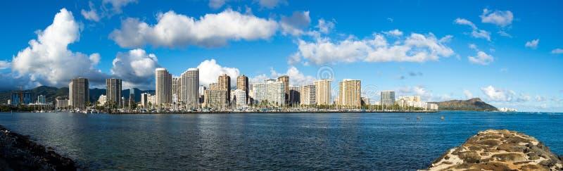 Panoramabild des Ala Wai Boat Harbor und der Hotels von Waikiki stockfotos