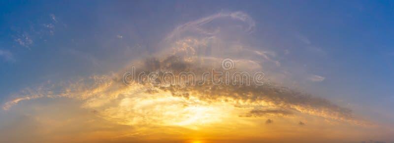 Panoramabild des Morgenhimmel- und -wolkennaturhintergrundes lizenzfreie stockfotos