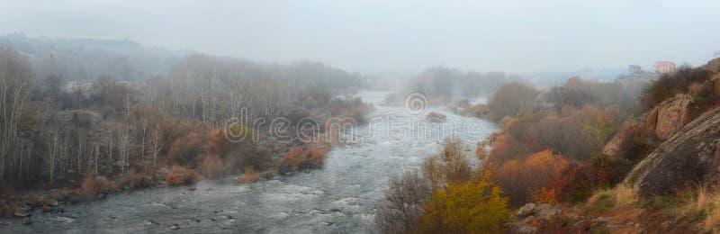 Panoramabild des südlichen Wanzen-Flusses am nebeligen Morgen des Herbstes stockfoto