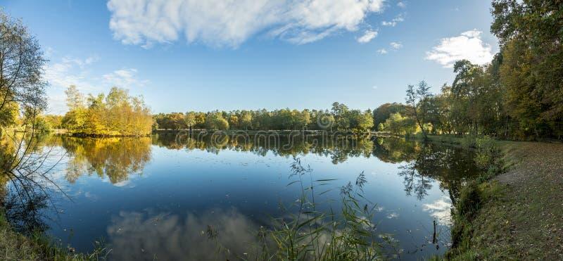 Panoramabild von See in Gundwiesen-Erholungsgebiet lizenzfreies stockbild