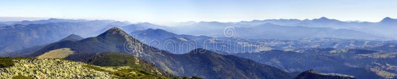 Panoramablauw van Karpatische bergheuvels en pieken in de zomer s stock fotografie