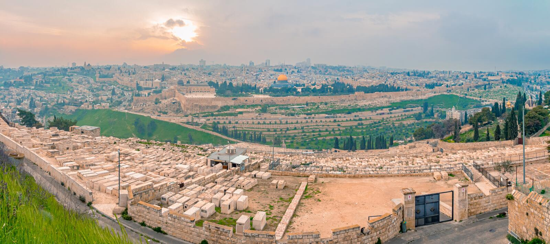Panoramablick alter Stadt Jerusalems und des Tempelbergs während eines drastischen bunten Sonnenuntergangs stockfotos