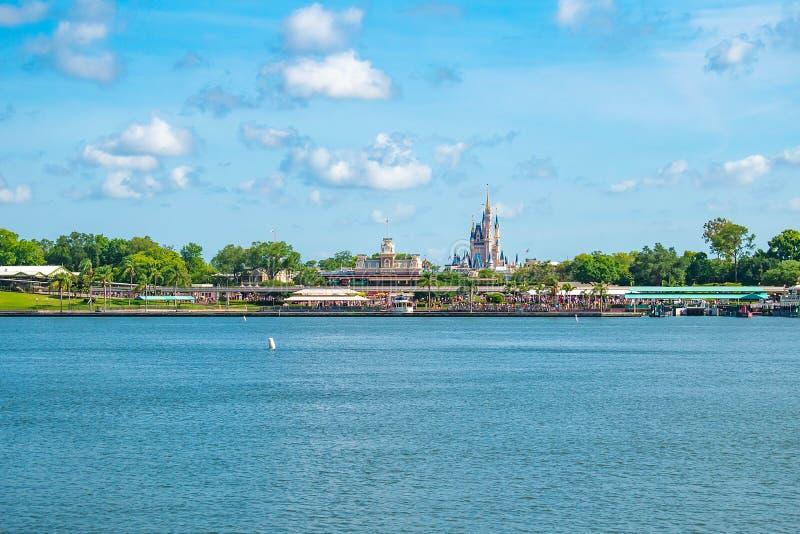 Panoramablick Aschenputtels von Schloss und von Weinlese Bahnhof am magischen Königreich in Walt Disney World 5 lizenzfreie stockfotografie