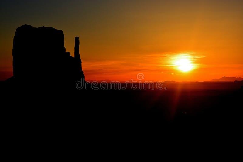 Panoramablick auf das Monument Valley bei Sonnenuntergang in Utah, Vereinigte Staaten stockbild