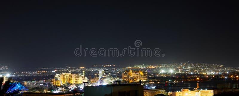 Panoramablick auf dem zentralen allgemeinen Strand von Elat - berühmte Urlaubsstadt stockfotografie