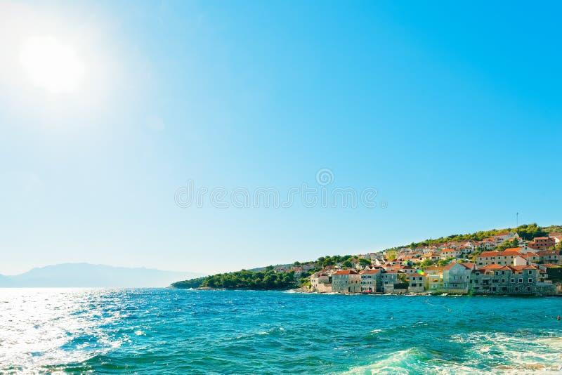 Panoramablick auf einem vieler Häfen einer Kleinstadt Postira - Kroatien, Insel Brac stockbild