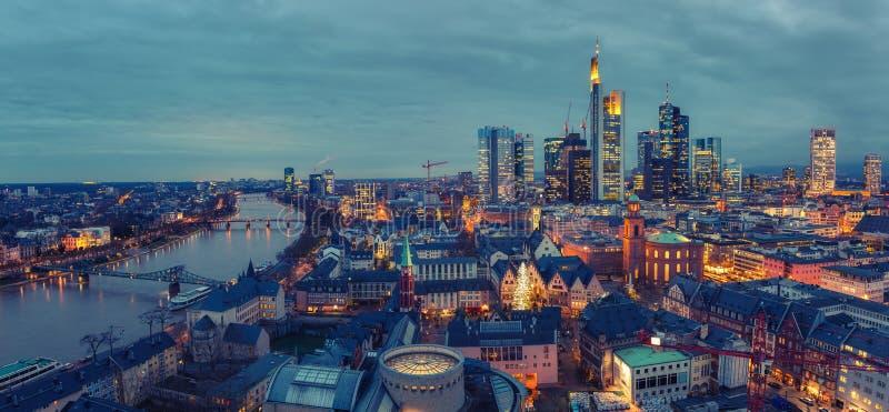 Panoramablick auf Frankfurt in der Abenddämmerung lizenzfreie stockfotografie